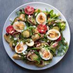 Υγιεινή πατατοσαλάτα με βραστά αυγά νισουάζ