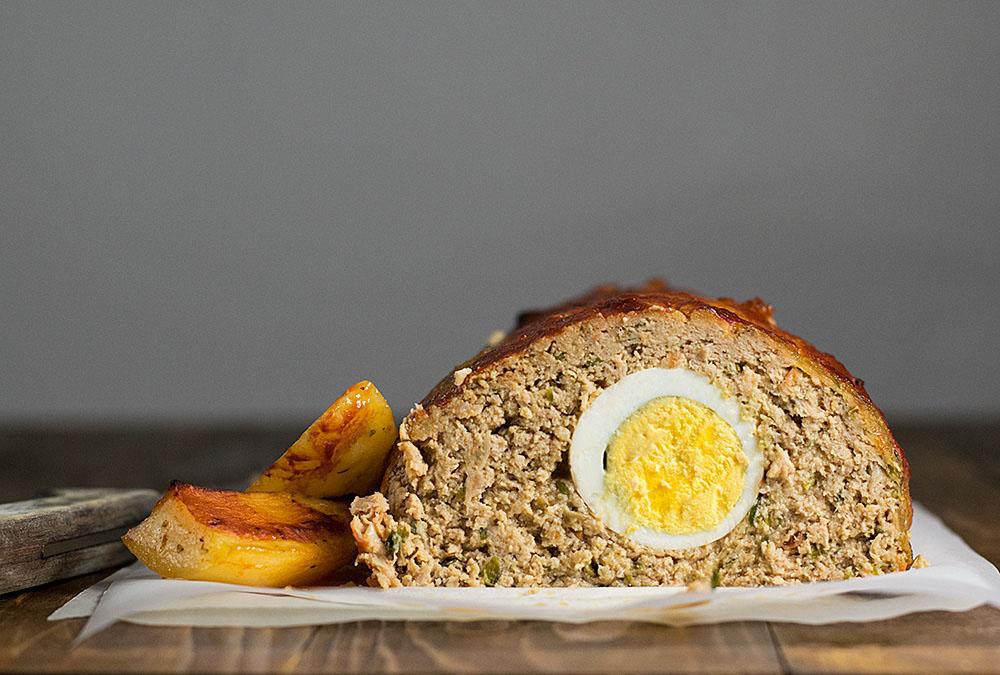 Αφράτο ρολό κιμά γεμιστό με αυγά στο φούρνο 2