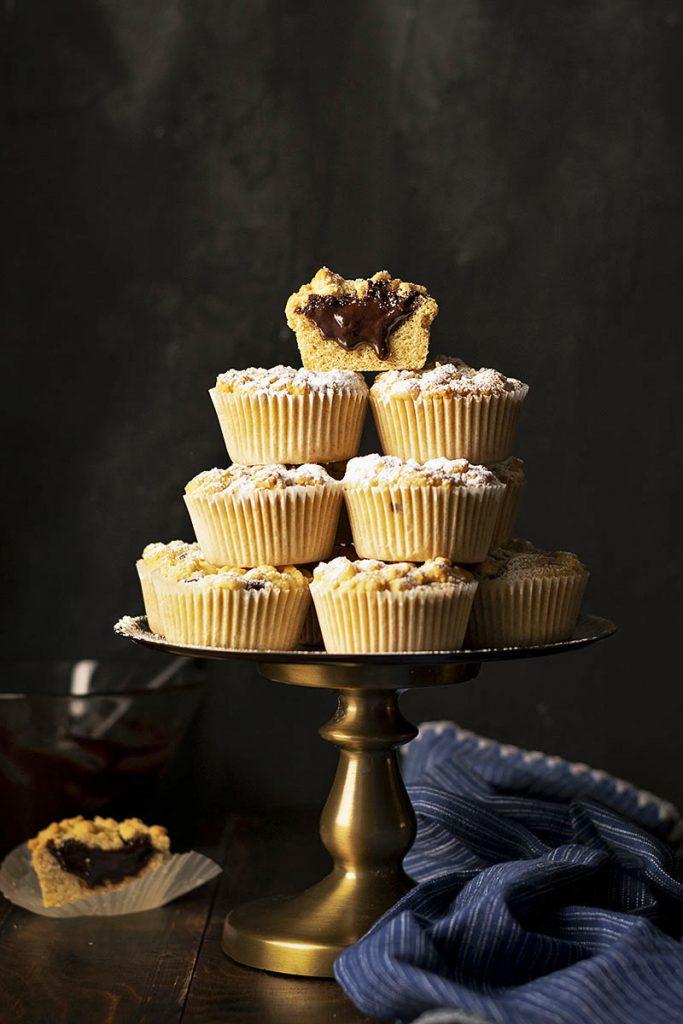 Τριφτά καπ κέικ (cupcake) με γέμιση σοκολάτα-ταχίνι (ή μερέντα) 3