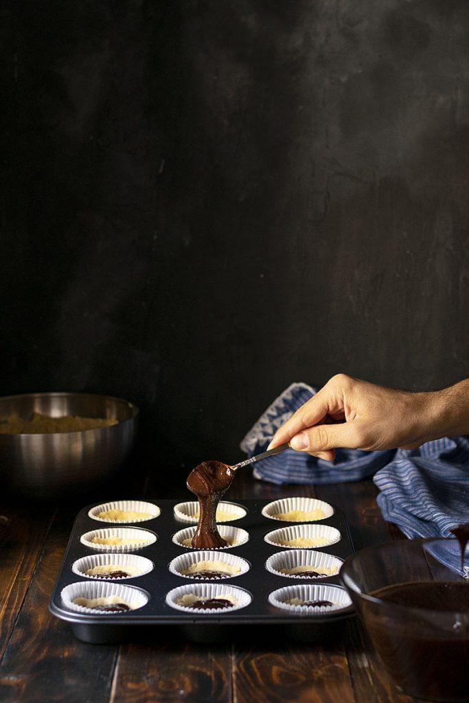 Τριφτά καπ κέικ (cupcake) με γέμιση σοκολάτα-ταχίνι (ή μερέντα) 4