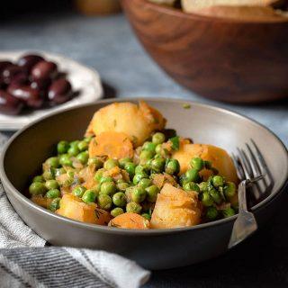 Αρακάς λαδερός, κοκκινιστός με πατάτες