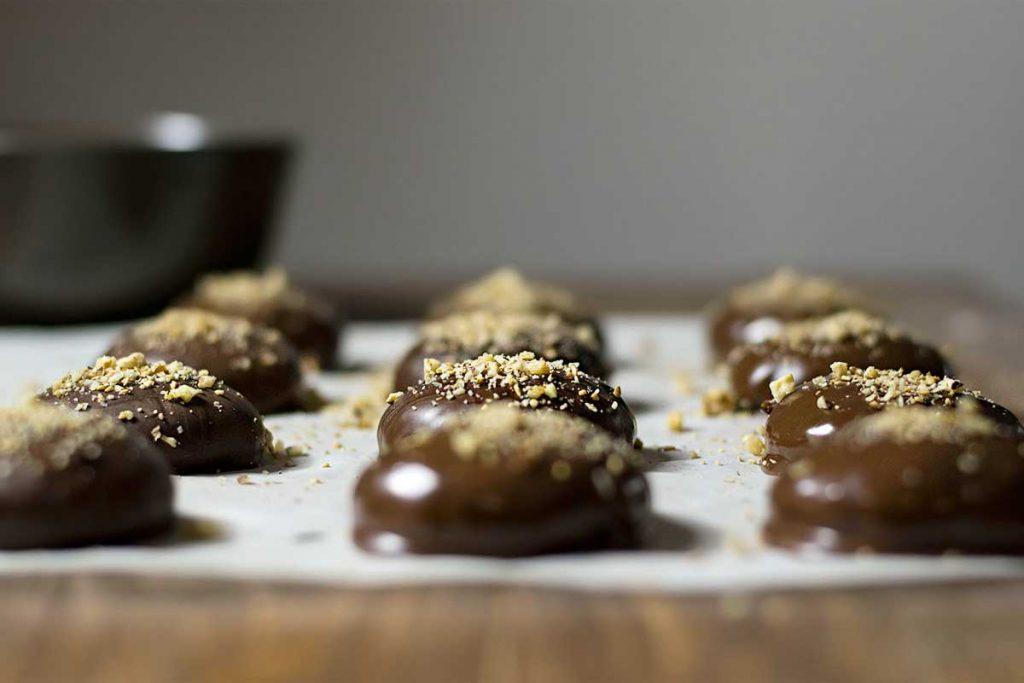 Μελομακάρονα με σοκολάτα σε χαρτί