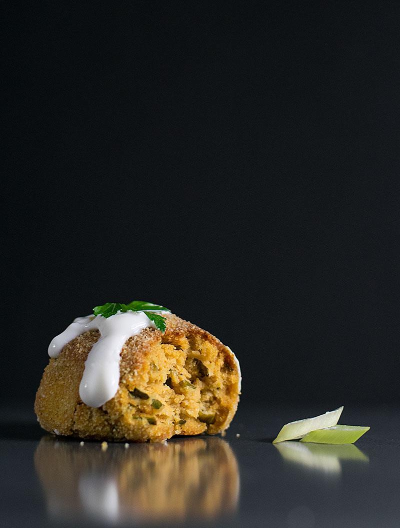baked-humus-balls-with-yogurt-dressing-4