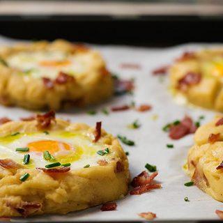 baked-eggs-in-potato-nests-1