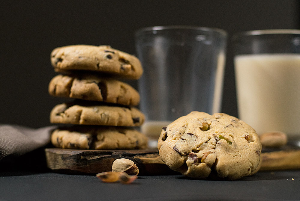 crispy pistachio and chocolate chip cookies 3