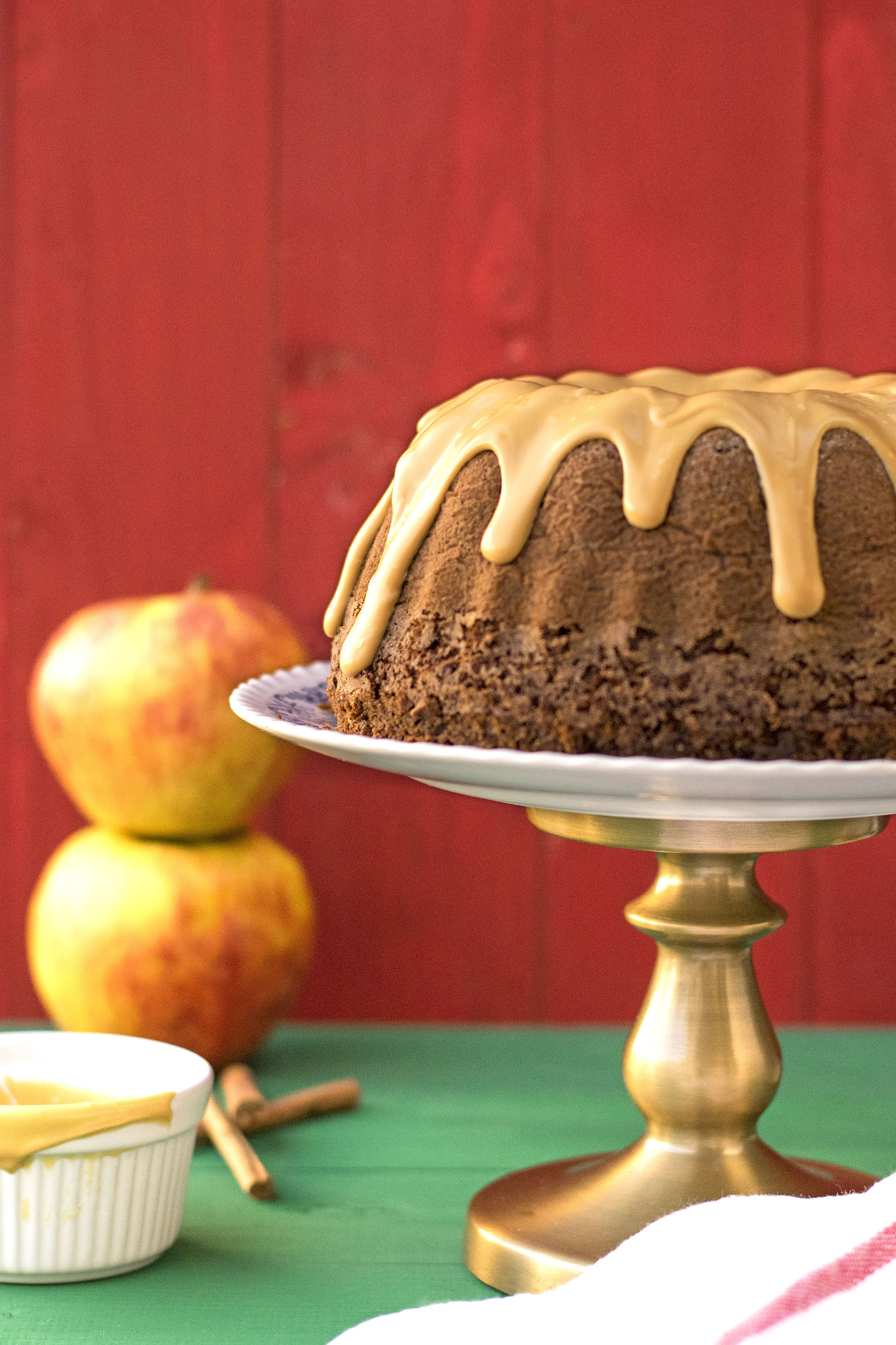 Olive oil, apple & cocoa cake with caramelized white chocolate 6